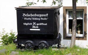 Ein Hunt als Wegweiser zum besucherbergwerk Markus-Röhlig-Stollen. Foto: Christof Heyden