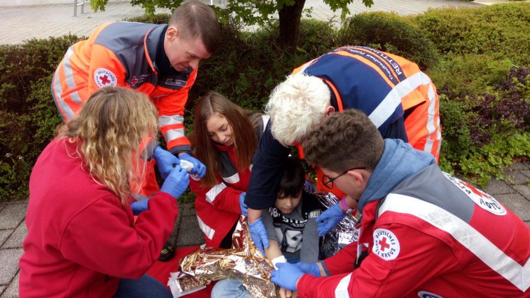 6 Personen bei einer Rettungsübung